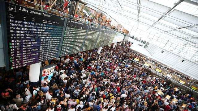 Passagiere warten nach Sicherheitspanne am Flughafen in München