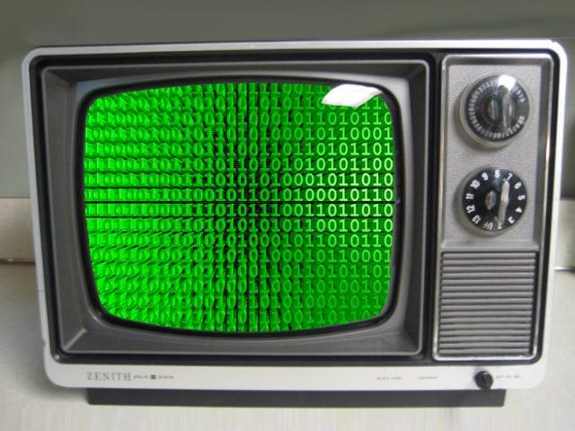 Ein altmodisches Fernsehgerät zeigt Nullen und Einsen an