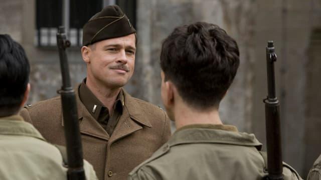 Ein Lieutnant vor seinen Soldaten.