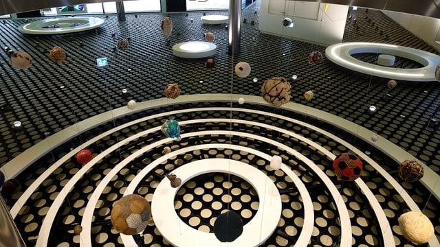 Museumseinrichtung mit mehreren Fussbällen.