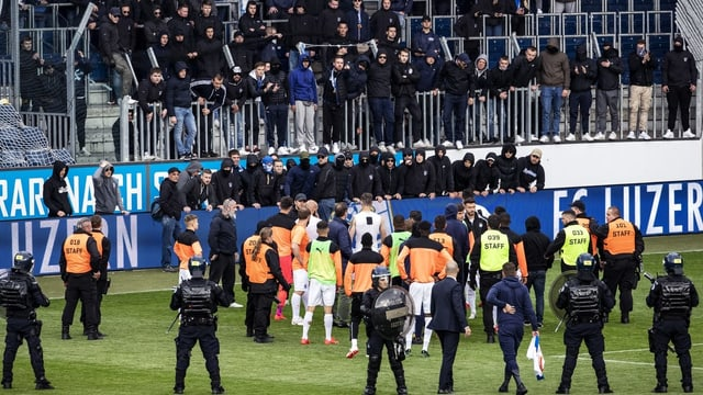 Grasshopper-Anhänger betreten aus Frust über den Abstieg das Spielfeld in Luzern.