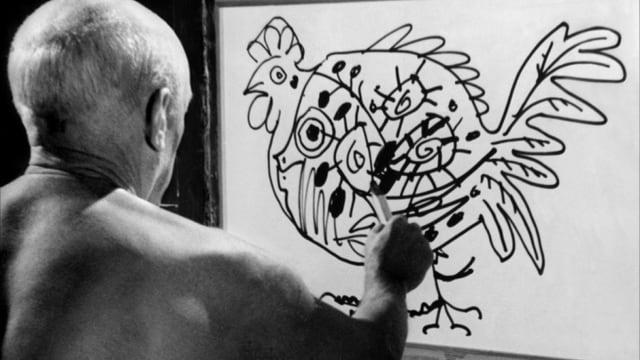 Pablo Picasse malt mit dem Rücken zu Kamera ein Huhn auf eine Leinwand.