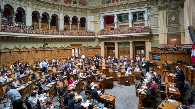 Nationalräre debatieren im Nationalratssaal.