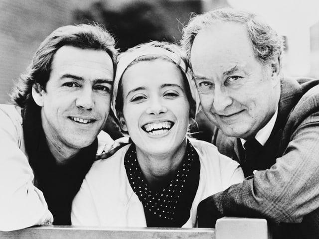 2 Männer (links und rechts) und die junge Emma Thompson close