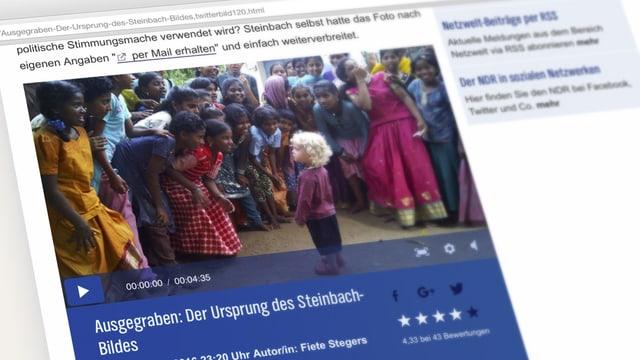 Aufnahme einer Website, darauf ist ein Foto zu sehen: Es zeigt ein kleines, hellhäutiges Kind mit strohblondem Lockenkopf. Indische Mädchen beugen sich zu ihm herunter und lächeln.