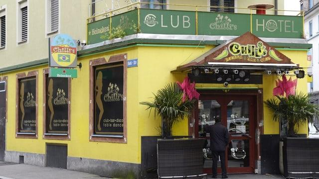 """Ein Haus mit gelber Fassade, daran prangt die Aufschrift """"Chilli's""""."""