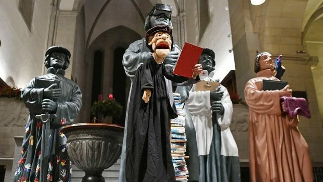 Zwingli Figuren in einer Kirche.