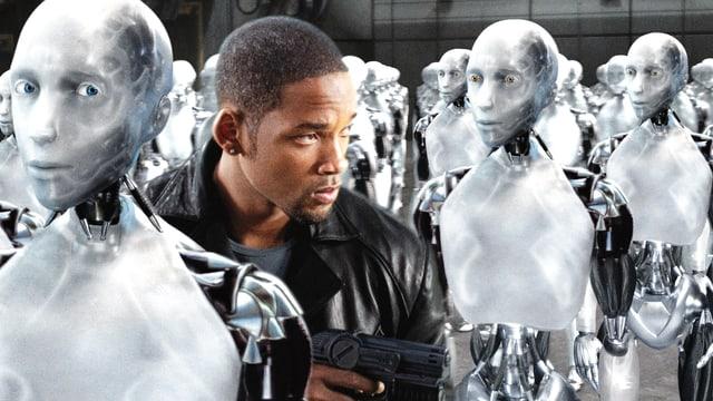 Ein Mensch steht in einer Gruppe von menschenähnlichen Robotern.