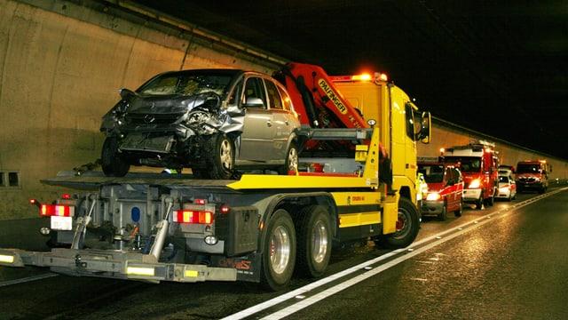auto demolì total chargià sin il camiun per al transportar davent
