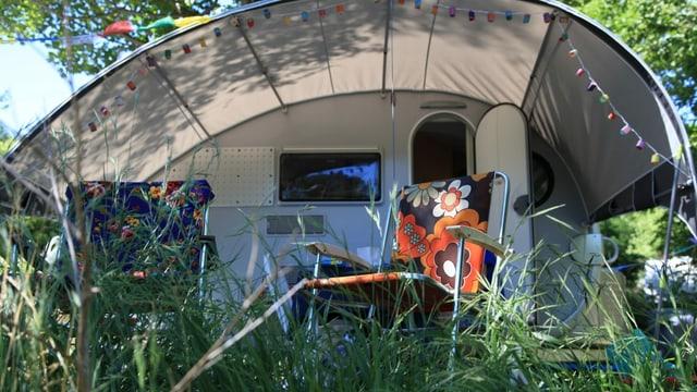 Ein Camper aus der Froschperspektive.
