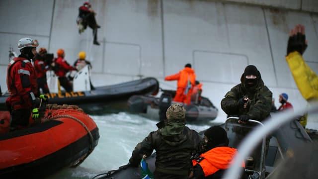 Russische Soldaten stürmen ein Schiff der Umweltorganisation Greenpeace