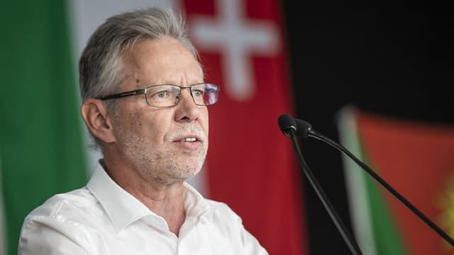 SVP Politiker Peter Riebli spricht in ein Mikrophon