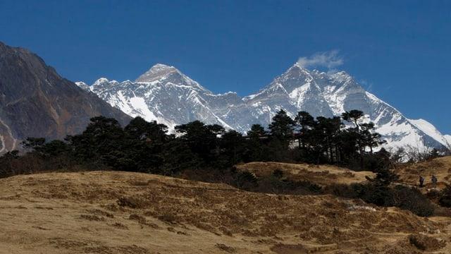 Der Mount Everest (8850m, links) gesehen vom Dorf Syangboche in Nepal.