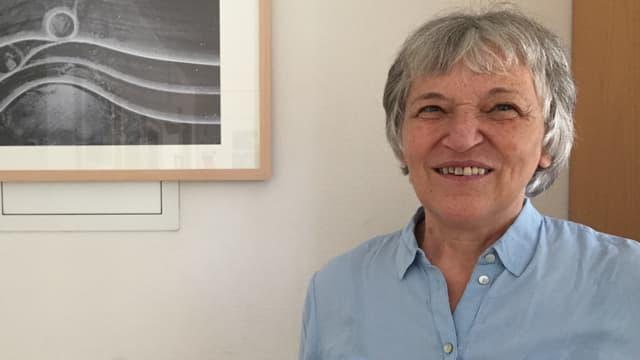Maria Schmid Spirig avant ina paraid cun ina fotografia.
