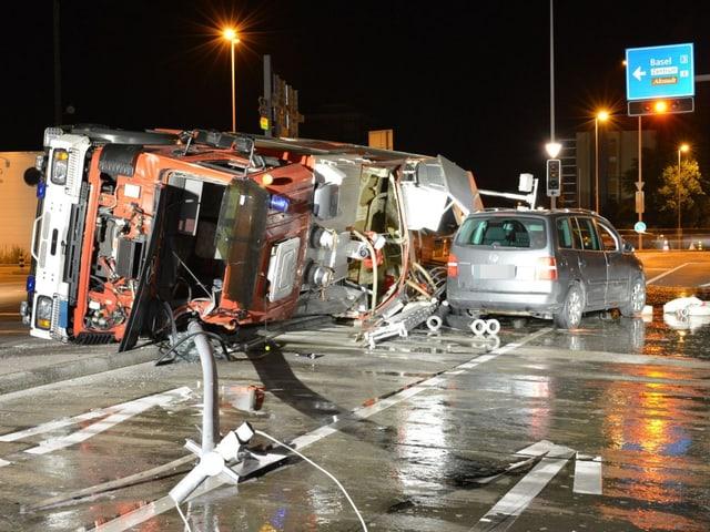 Gekippter Feuerwehr-Lastwagen von vorne, völlig zerstört.