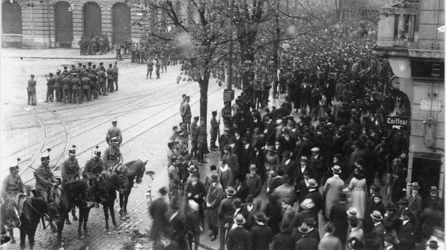 Tausende Arbeiterinnen und Arbeiter versammeln sich 1918 auf dem Paradeplatz in Zürich und demonstrieren..