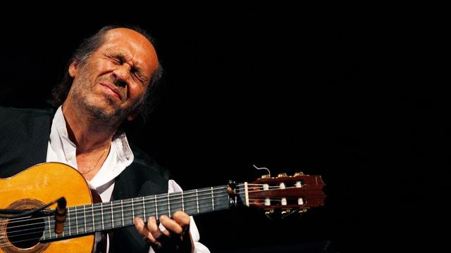 Nahaufnahme des Gitarristen Paco de Lucia.