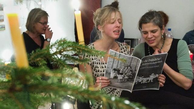 Eine Familie singt zusammen Weihnachtslieder am Heiligen Abend.