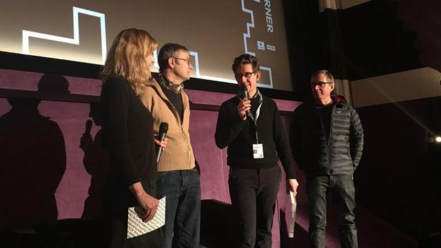 Il cineast Ivo Zen en in discuors suenter la presentaziun da siu film.