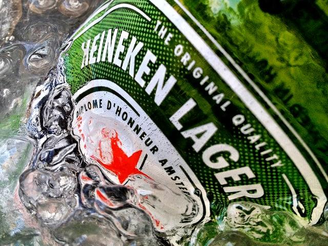 Heineken-Flasche in Eis-Wasser.