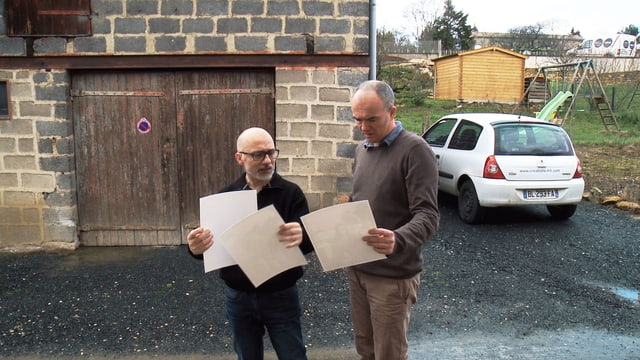 Jean-François Joly (links) kontrolliert Prints im Tageslicht.