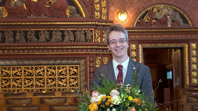 Christian Egeler im Grossrats-Saal mit einem Blumenstrauss in den Händen