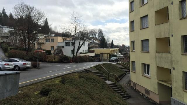 Ein Wohnblock neben einer Strasse im Rombachtäli.