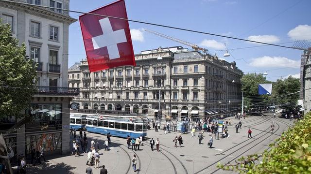 Blick über den Paradeplatz in Zürich mit der Confiserie Sprüngli (links), sowie dem Hauptsitz der Credit Suisse (Mitte). (keystone)