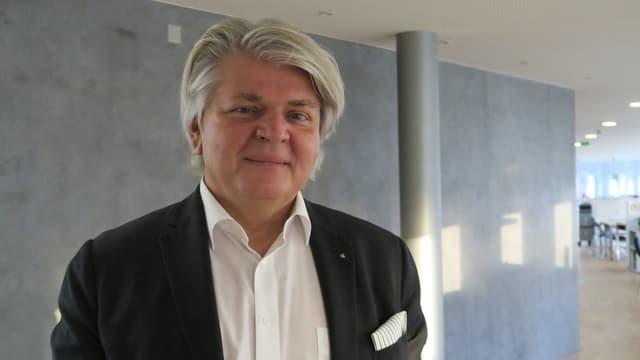 Romeo Maggi - Porträt eines Mannes mit grauen dichtem Haar