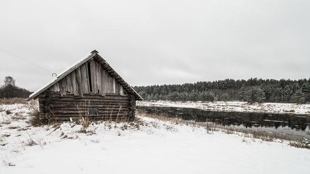 Eine Holzhütte im Schnee