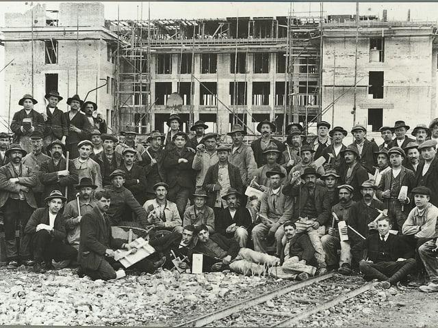Arbeiter vor Baustelle.