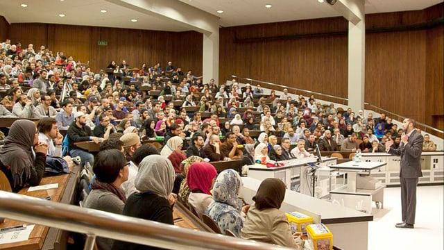«Ich werde euch nicht sagen, was ihr glauben sollt»: Nouma Ali Khan spricht an der Universität Zürich.