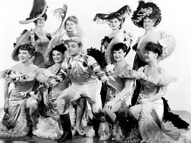 Cagney posiert, umgeben von einer Gruppe von Frauen.