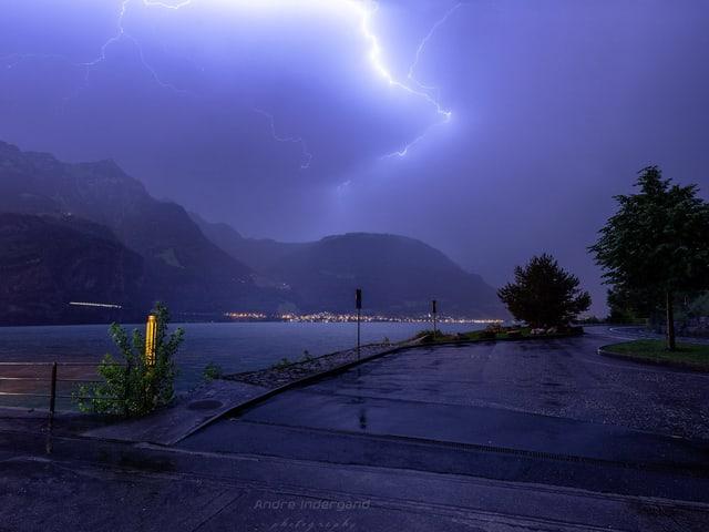 Blitze über Flüelen.