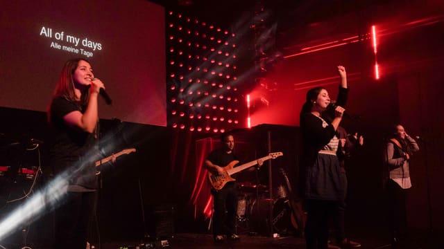ICF-Band auf der Bühne. Was das Bild nicht zeigt: Das Publikum singt laut mit.