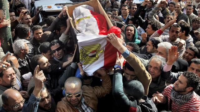 Der Sarg von Mohammed Saad wird von zahlreichen Männern getragen - durch eine grosse Menschenmenge.