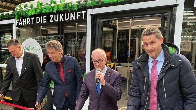 Mit der Durchschneidung eines Bandes ist die neue Buslinie von Wettingen nach Neuenhof eröffnet.