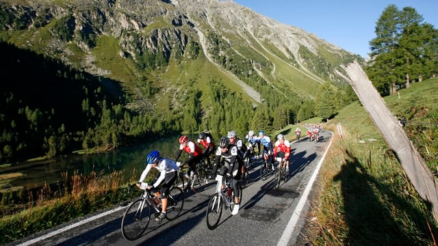 Ciclists direcziun pass da l'Alvra.