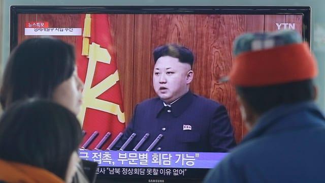 Kim im Fernsehen, Menschen schauen zu.