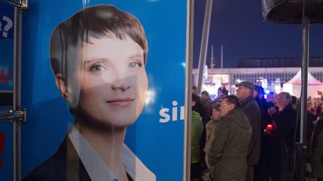 Plakat mit dem Konterfei mit Frauke Petry