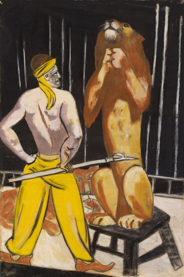 Die Zeichnung zeigt einen Löwen im Zirkus, der vor einem Löwenbändiger Männchen macht.