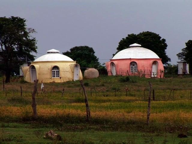 Kleine Häuser in Igluform stehen im indischen Staat Tamil Nadu.
