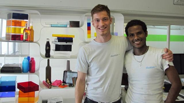 Abrahale Kesete (rechts) und Geschäftsführer Christian Voit der Firma Duoton in Zürich in einem Büro.