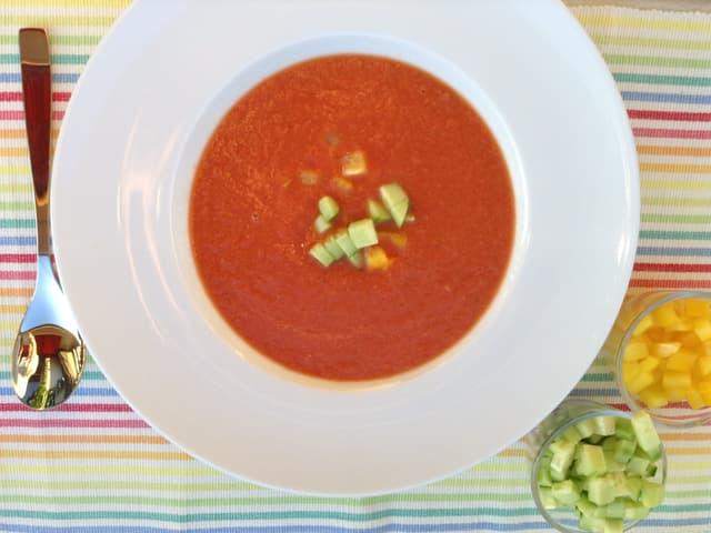 Kalte Tomatensuppe in einem weissen Teller angerichtet.