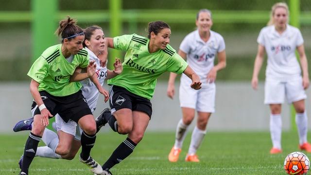 Die Frauen des FC Neunkirch (grün) haben gegenüber dem FC Zürich die Nase vorne.