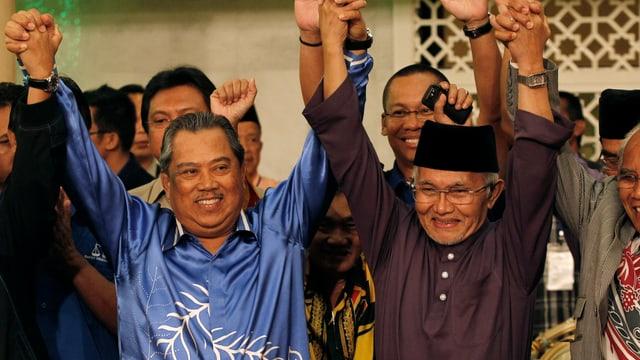 Abdul Taib Mahmud (rechts) mit Vize-Premier Muhyiddin Yassin (links) am Feiern.