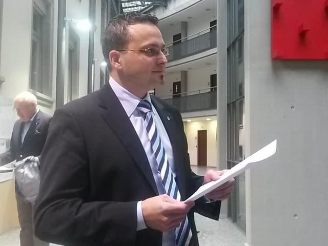 Thomas Schärli (SVP) studiert die Wahlresultate.