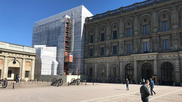 Schlosshof und im Hintergrund abgedecktes Stockholmer Schloss