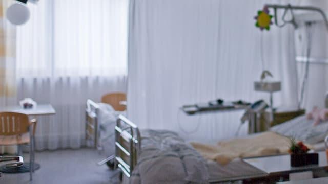 Ein leeres Spitalbett