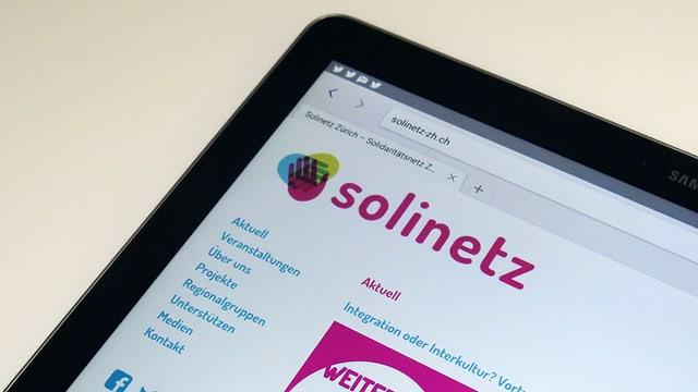 Der Screen eines Tablets, auf dem die Webseite solinetz.ch aufgerufen wurde